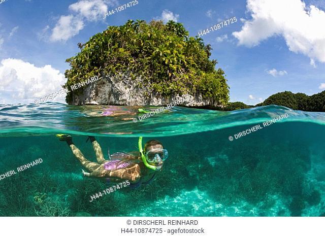 Touristin schnorchelt in Palau, Mikronesien, Palau, Tourist snorkeling at Palau, Micronesia, Palau