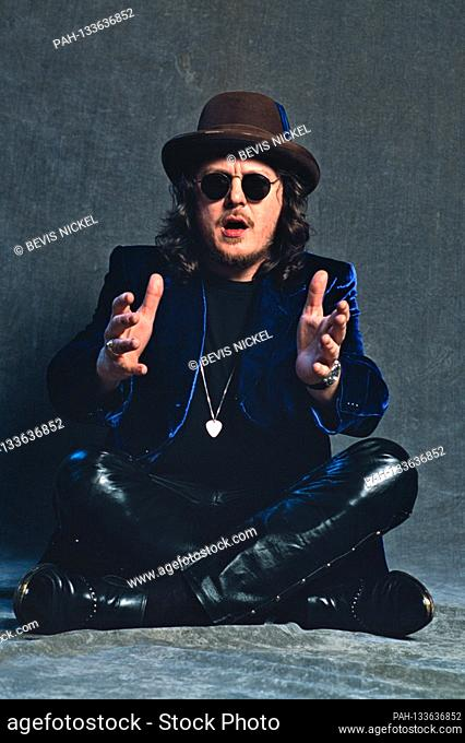 EXCLUSIVE - 01.02.1997, Kiel, the Italian singer Zucchero Backstage at the RSH Gold ceremony in the Kiel Ostseehalle. Portrait with flash system