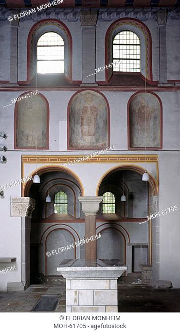 Chornordwand mit romanischen Fresken Heiliger Lucius und original Wandaufbau