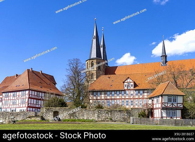 Stadtmauer, Fachwerk und Basilika St. Cyriakus in Duderstadt, Niedersachsen, Deutschland | City Wall, timbered houses and Basilica St