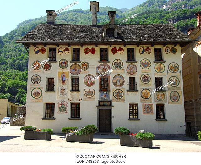 Wappengeschmückte Fassade am Gemeindehaus, einstiger Gerichtssitz der Landvögte, Cevio, Maggiatal, Tessin, Schweiz / Townhall ornated with coat of arms