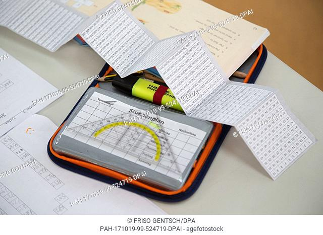 An open pencil holder can be seen on a table at a primary school in Schuettorf, Germany, 18 October 2017. Photo: Friso Gentsch/dpa