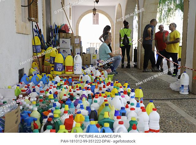 12 October 2018, Spain, Sant Llorenc: Volunteers providing food and cleaners to help those affected by the storm three days after the flood disaster