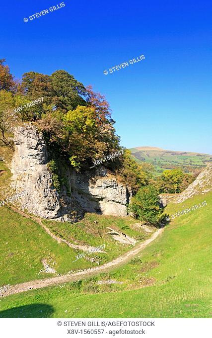 The Limestone Way through Cave Dale, Castleton, Peak District National Park, Derbyshire, England, UK