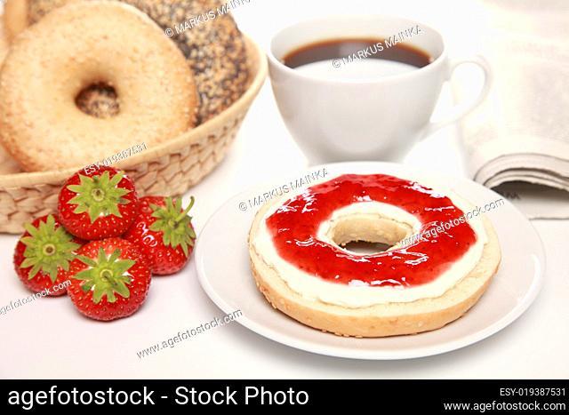 Frühstück mit Bagels und Konfitüre