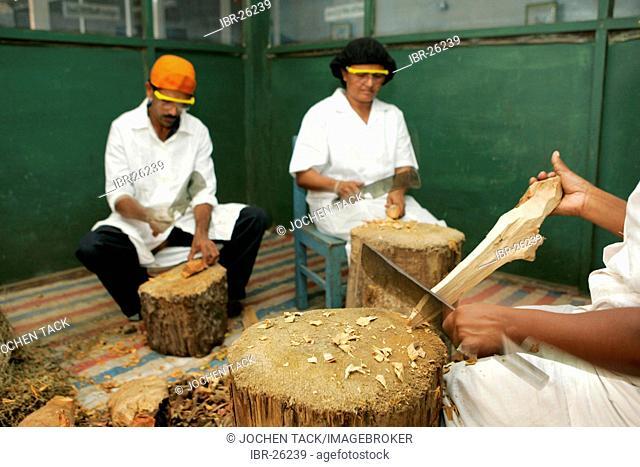 LKA, Sri Lanka : Production of ayurvedic medicine at Hettigoda Industries, the oldes manufacturer of ayurvedic products