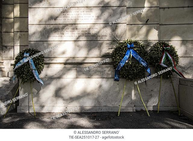 The crown of white and blue flowers deposited by the Lazio president Lotito in front of the synagogue of Rome was thrown into the Tiber river