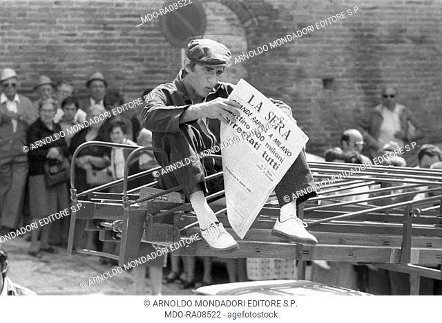 Italian actor Walter Chiari (Walter Annichiarico) reading a newspaper in the film Passi furtivi in una notte boia. 1976
