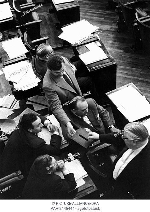 Das Einsammeln der Stimmen bei der namentlichen Abstimmung. Der Deutsche Bundestag hat am Samstagmorgen, dem 7. Juli 1956