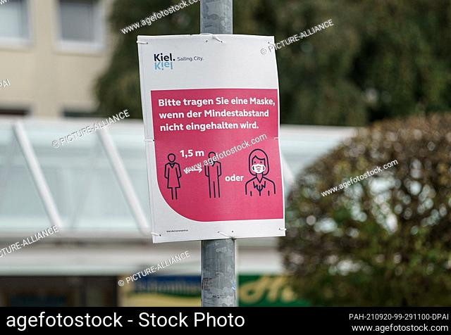 20 September 2021, Schleswig-Holstein, Kiel: A sign in the city center of Kiel asks to wear a mask if a minimum distance cannot be kept