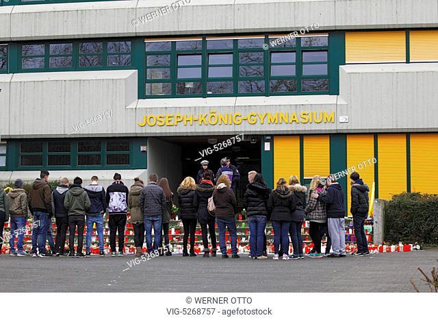Mitschueler trauern um 16 Schueler und 2 Lehrerinnen vom Joseph-Koenig-Gymnasium in Haltern am See die auf dem Rueckflug von einem Schueleraustausch in Spanien...