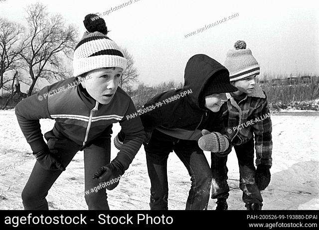 27 February 1985, Saxony, Torgau: Medals for the first three. Young speed skaters take part in the Winter Partakiade in Torgau in the early 1980s