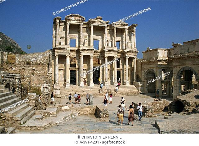 Tourists visiting the Roman Library of Celsus dating from between 110 and 135 AD, at the archaeological site of Ephesus, Anatolia, Turkey, Asia Minor, Eurasia