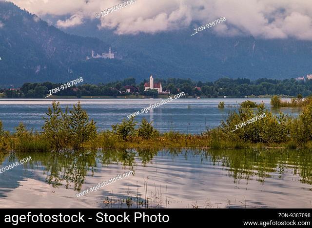 Blick über den Forggensee bei Füssen auf Schwangau und das Schloss Neuschwanstein im Hintergrund