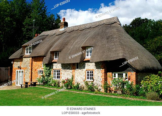 England, Buckinghamshire, West Wycombe, Traditional English thatched cottage in West Wycombe. West Wycombe village is owned by the National Trust
