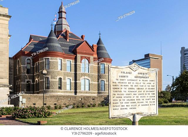 A historical marker summarizes the history of the Pulaski County Courthouse in Little Rock, Arkansas