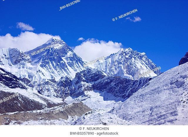 Mount Everest and Nuptse, view from 5th lake near Gokyo, Nepal, Himalaya, Khumbu Himal