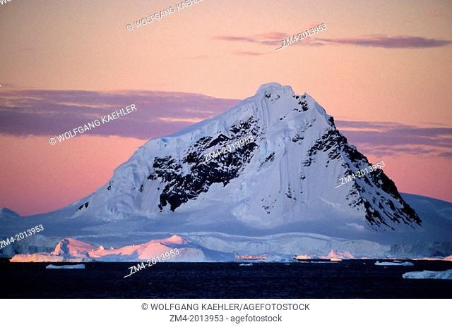 ANTARCTIC PENINSULA AREA, MOUNTAINS IN MIDNIGHT SUNLIGHT