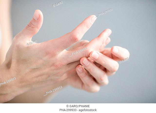Woman suffering from an articular pain in the hand