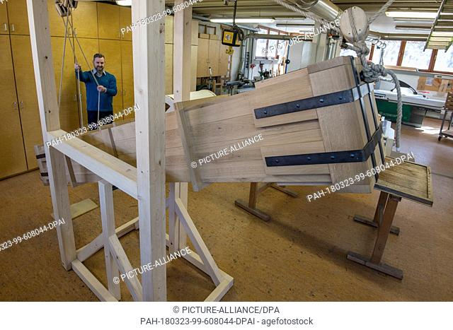 21 March 2018, Germany, Bayreuth: Ingo Berens from the Bavarian CastleAdministration in Bayreuth operating a thunder machine built to baroque-era...