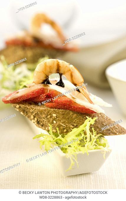 Montadito de carpaccio de bacalao y fresas