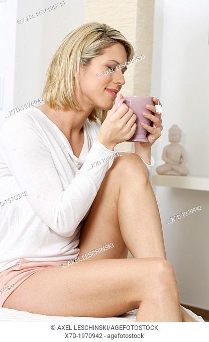 woman,bed,resting,relaxen,sense well-being,blond,blonde, hair, indoor,beauty,wellness,tea, cup,sick,ill,flu,recovered,well,healthy,nonhazardous,healthful