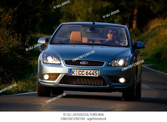 Ford Focus Coupe-Convertible 2.0, model year 2006-, driving, diagonal from the front, frontal view, country road, open top