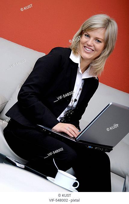 Businessfrau mit Laptop. - Niederoesterreich, Ísterreich, 10/09/2007