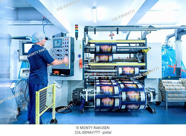 Operator and printing machine in food packaging printing factory