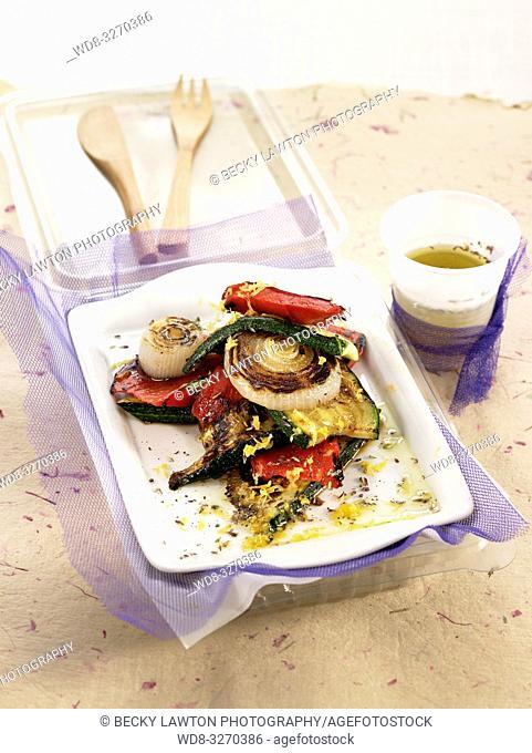 ensalada de calabacin, cebolla tierna y pimiento rojo