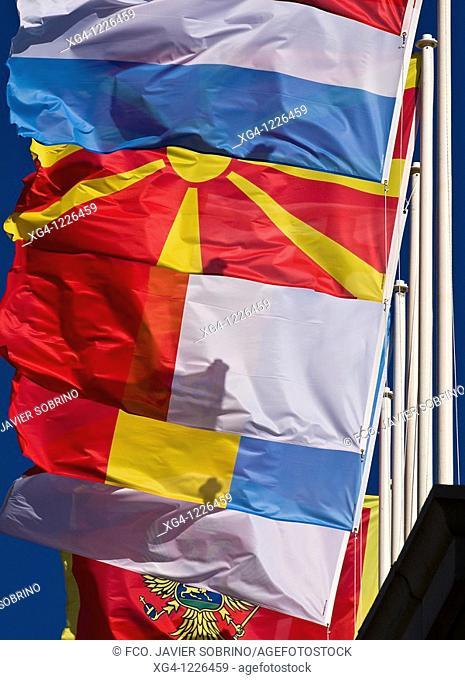 Mástiles y banderas ondeando al viento en el Estadio de Montjuic, en los Campeonatos de Europa de Atletismo Barcelona 2010
