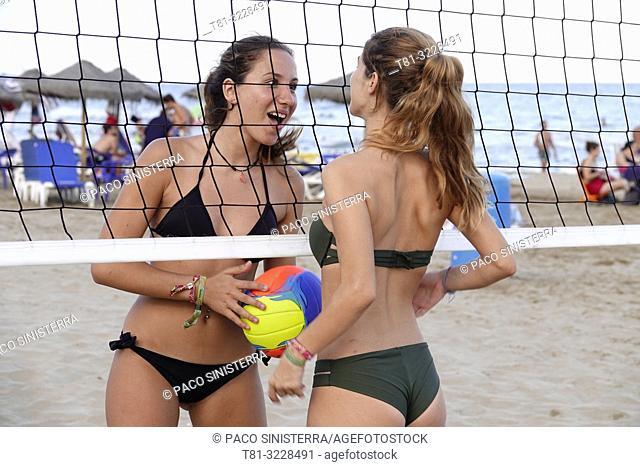 Chicas jugando al voleybol en la playa,Peñiscola,Castellon,.España
