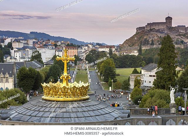 France, Hautes Pyrenees, Lourdes, scene of life on the sanctuary of Lourdes, tourists and religious on the sanctuary