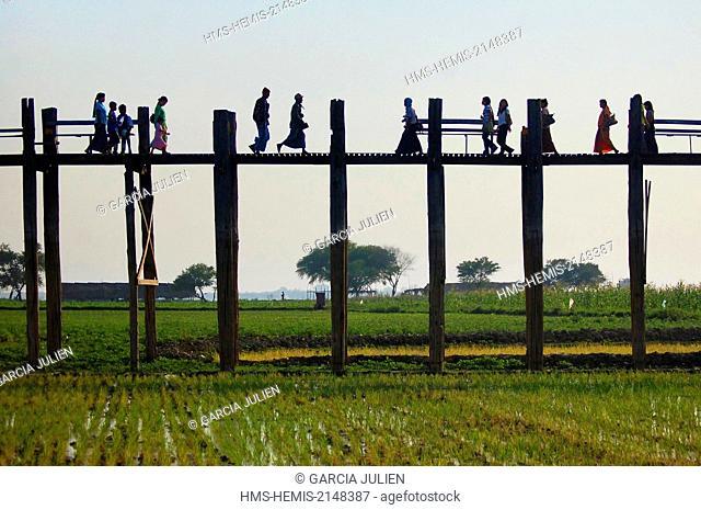 Myanmar, Mandalay, Amarapura, U Bein, silhouettes on the U Bein bridge