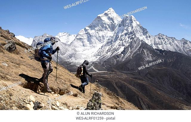 Nepal, Solo Khumbu, Everest, Sagamartha National Park, Mountaineers hiking the Himalayas