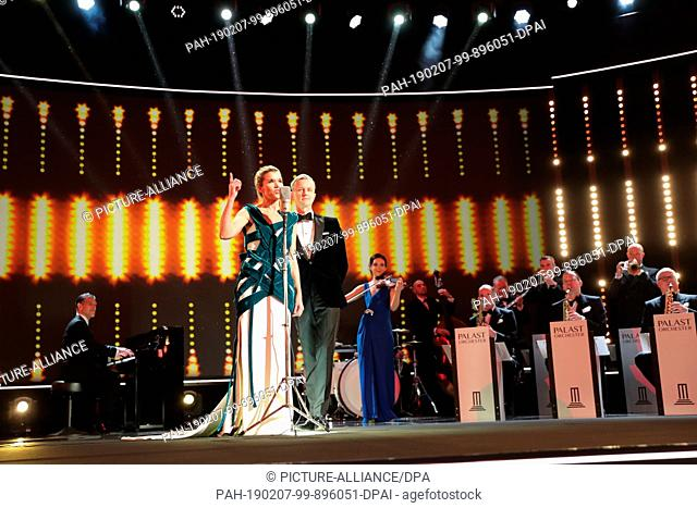 07 February 2019, Berlin: 69th Berlinale, opening gala: Anke Engelke and Max Raabe sing on stage during the opening ceremony of the Berlinale