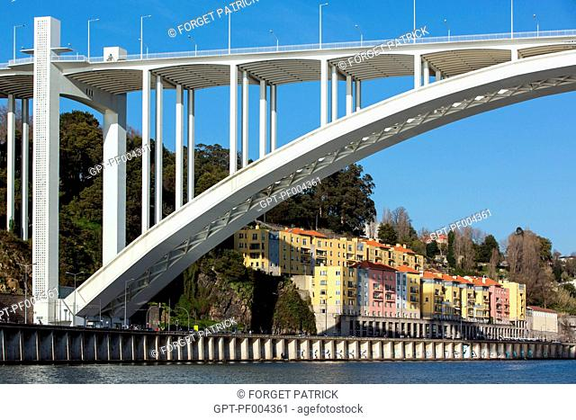 PONTE DA ARRABIDA BRIDGE AND RUA DO OURO, A QUARTER IN THE CITY OF PORTO ON THE BANKS OF THE DOURO, PORTUGAL