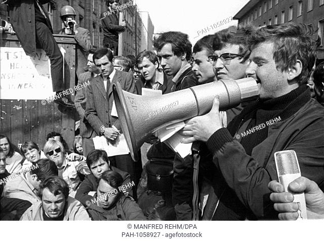 The student leader Daniel Cohn-Bendit spoke to the students during the blockade of Frankfurt University on 24 May 1968. On the left next to him