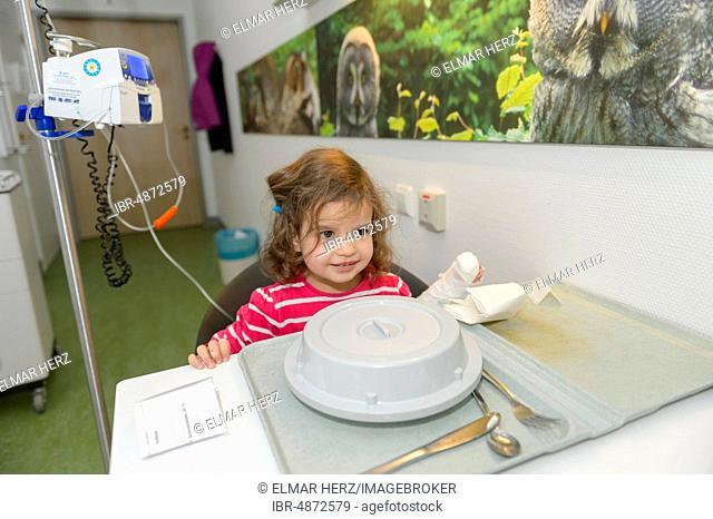 Girl, 3 years, dinner in hospital, Germany