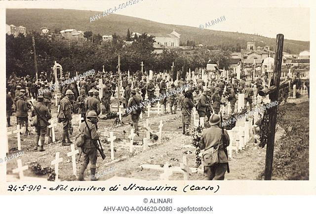 Album Ricordi di guerra, 24 maggio 1915-4 novembre 1918 (War Remembrance 24 May 1915-4 November 1918): soldiers on a visit to the cemetery in the Karst...