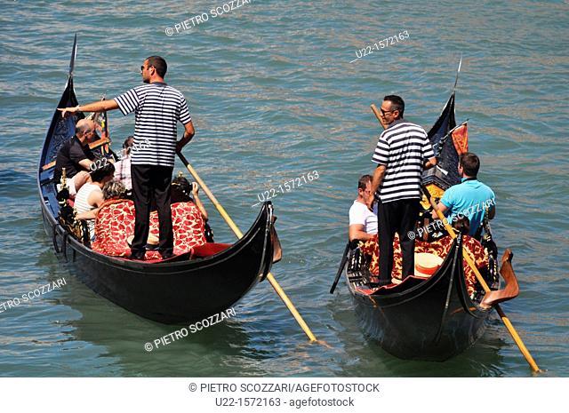 Venezia (Italy): gondole along Canal Grande, by the Ponte di Rialto