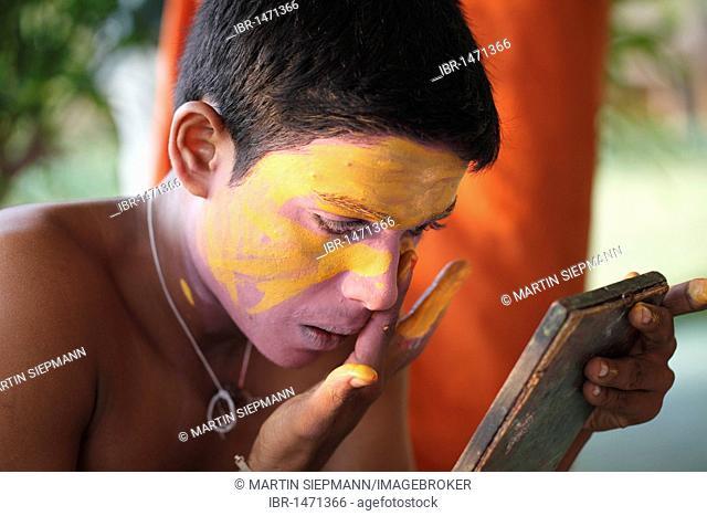 Kathakali dancer doing his make up, Minukku character, Kerala, southern India, Asia