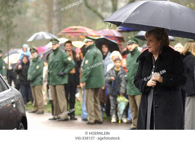 German Federal Chancellor Angela Merkel wellcomes french president Jacques Chirac at Mettlach in Saarland - Mettlach, Saarland, GERMANY, 05/12/2006