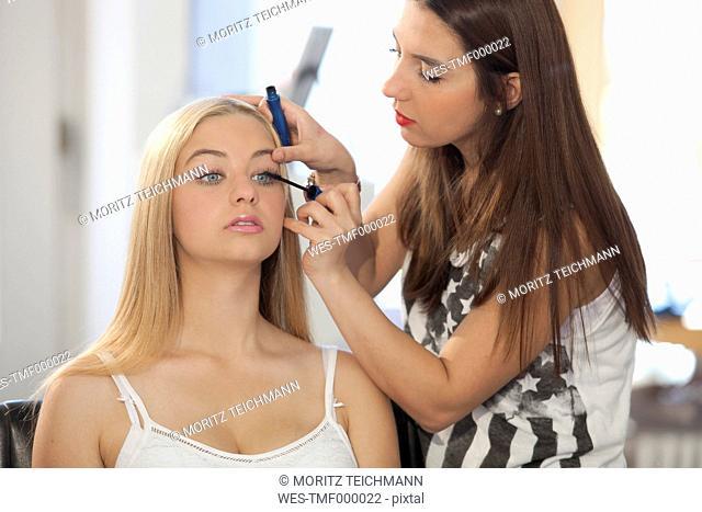 Visagiste applying mascara