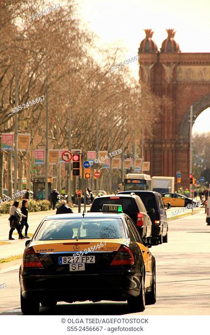 Arc de Triof and taxi at Paseo de San Juan, Barcelona, Catalonia, Spain