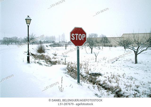 Snow covered traffic sign. Tragacete, Serranía de Cuenca. Cuenca province, Spain