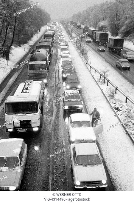 DEUTSCHLAND, OBERHAUSEN, STERKRADE, 28.02.1974, Seventies, black and white photo, road traffic, traffic jam on the motorway A2 near Oberhausen, twilight, winter