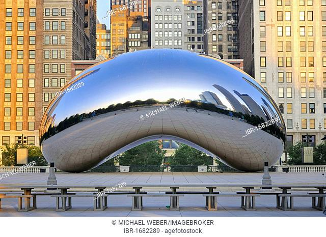 Cloud Gate sculpture, The Bean, by Anish Kapoor, AT & T Plaza, Millennium Park, Chicago, Illinois, United States of America, USA