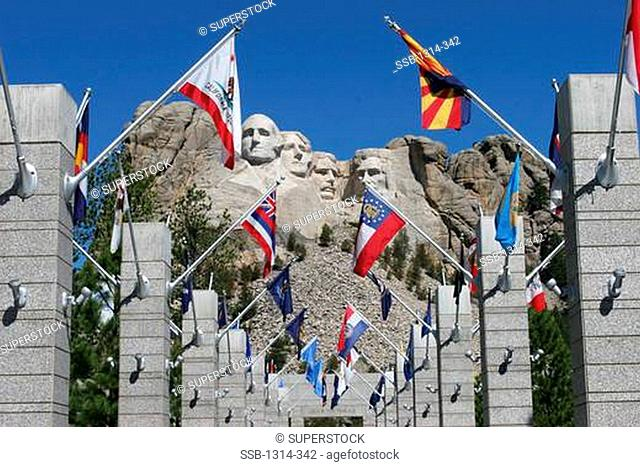 USA, South Dakota, Mount Rushmore National Park, Mount Rushmore National Monument with flags
