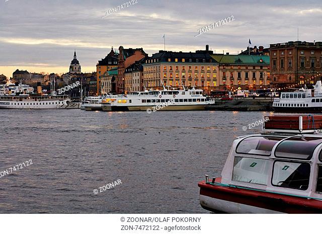 Blick vom Strömkajen zur Gamla Stan und nach Södermalm, Stockholm, Schweden. View from Strömkajen to Gamla Stan and Södermalm, Stockholm, Sweden